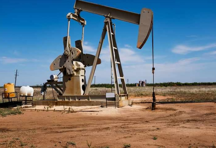 Oil increases by 1% on supply cuts but economic slowdown expected